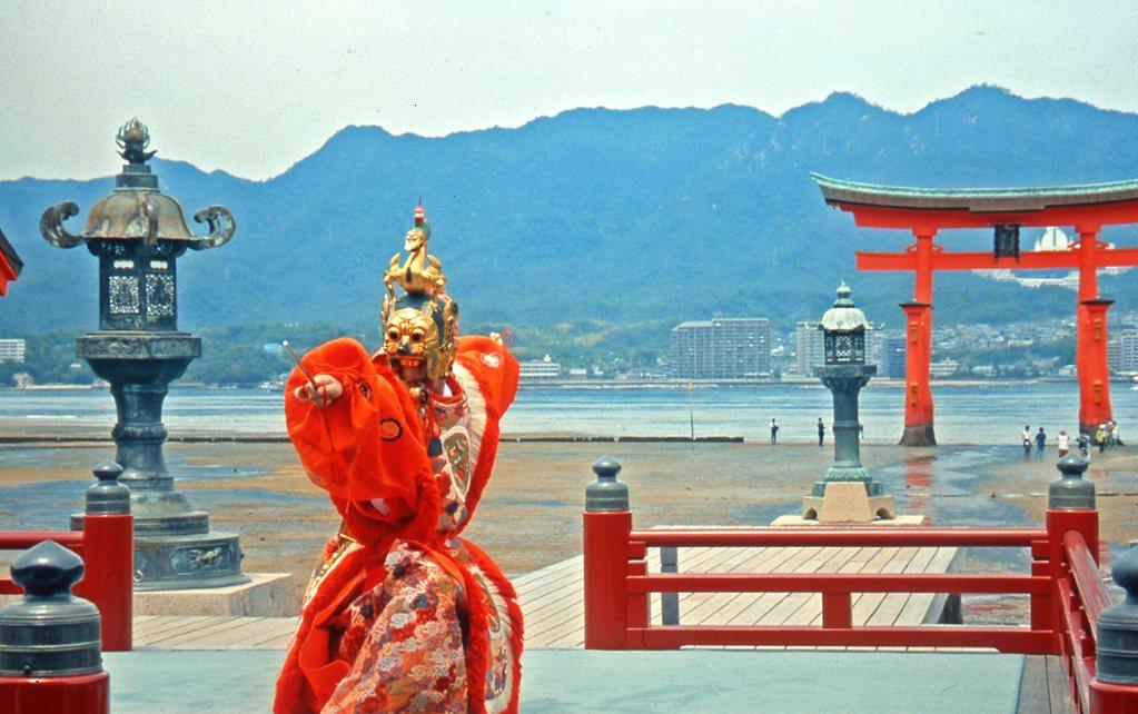 世界遺産の厳島神社で春の舞楽が楽しめる