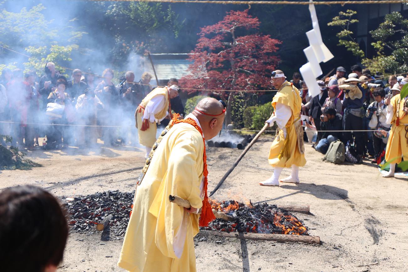 宮島の大聖院で春の「火渡り式」が行われました