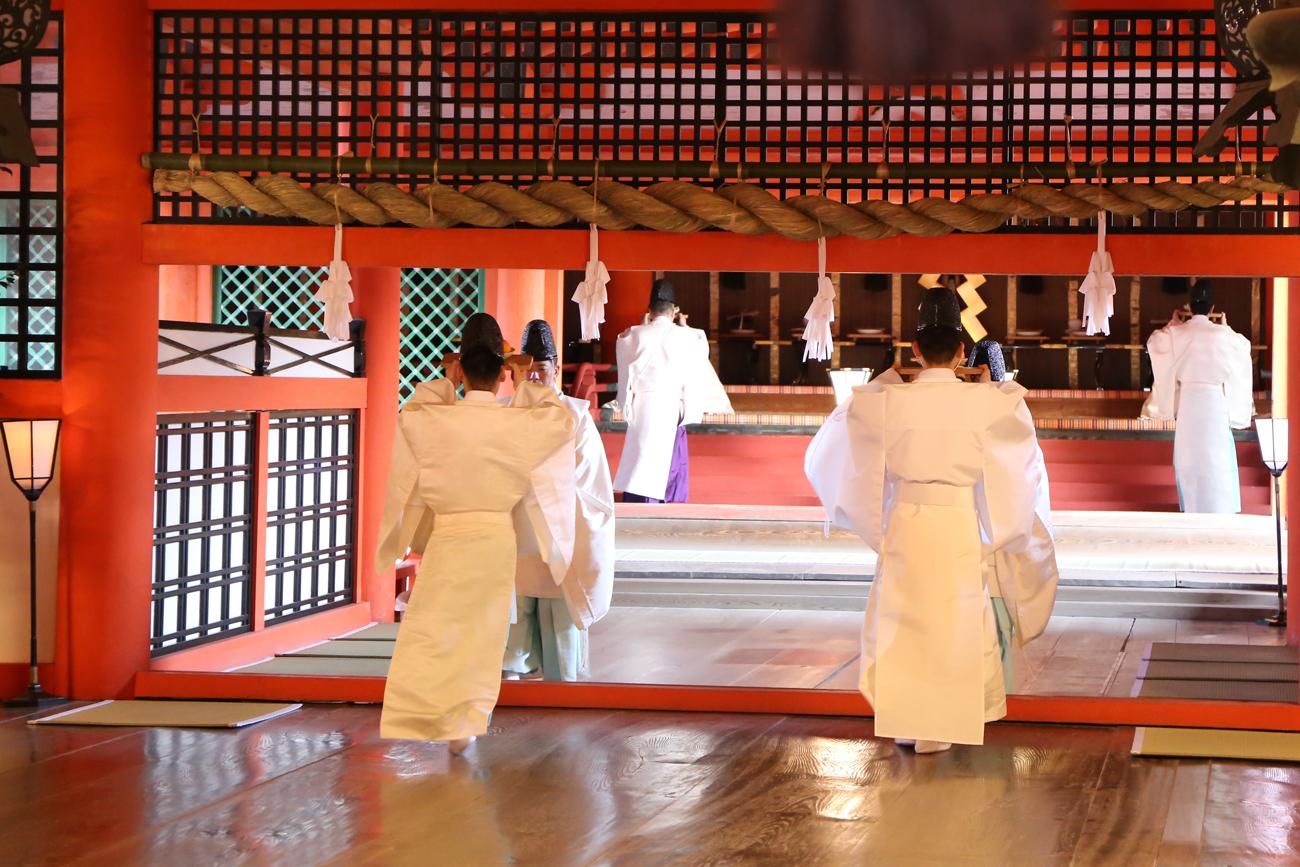 世界遺産の厳島神社で桃花祭 舞楽が披露される