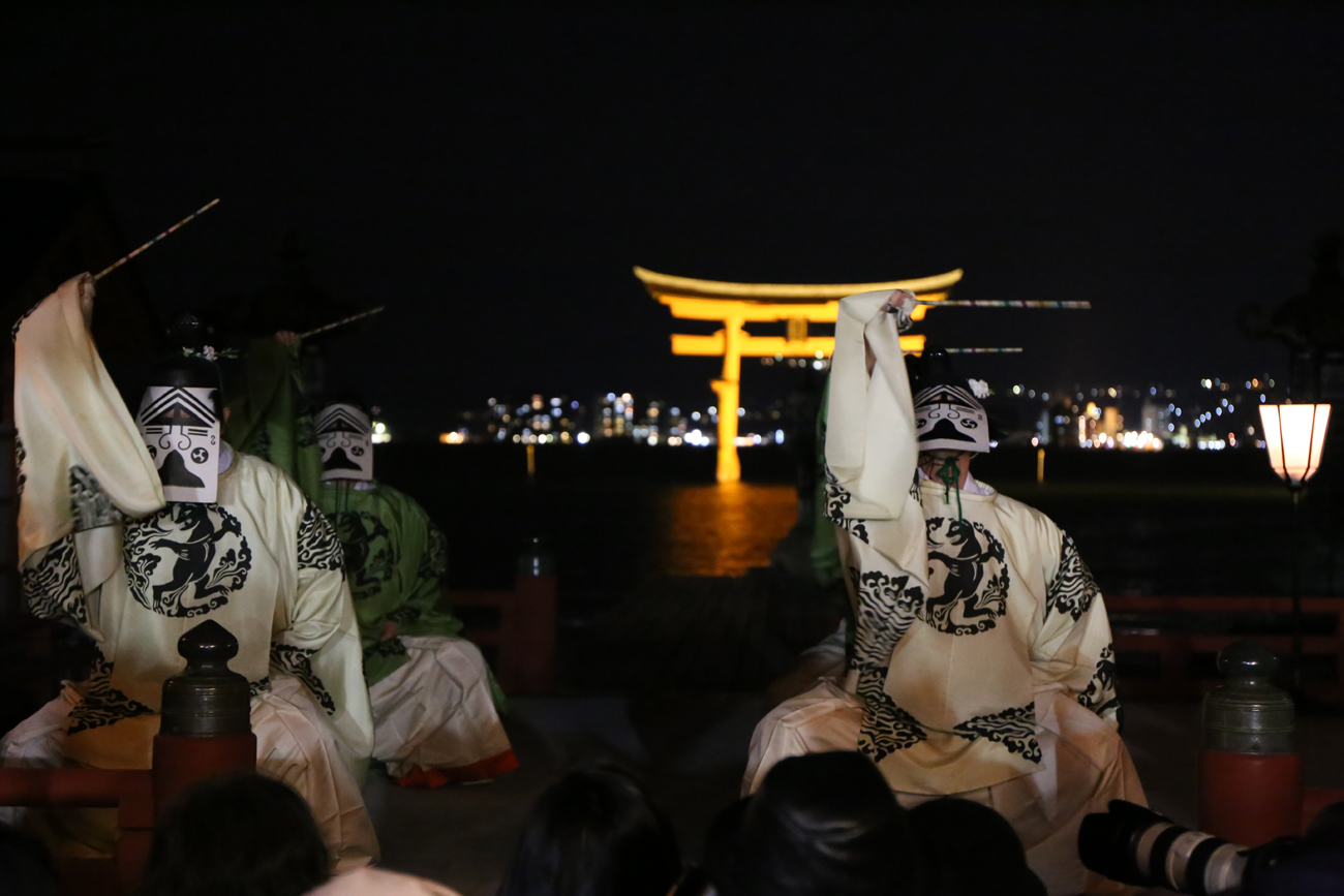 嚴島神社を舞台にした舞楽が見処の桜花祭