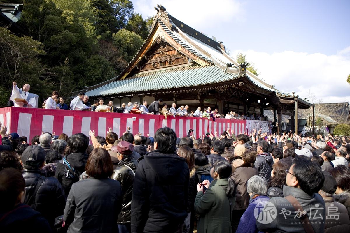 宮島の大聖院で節分会・福豆まきが開催されました