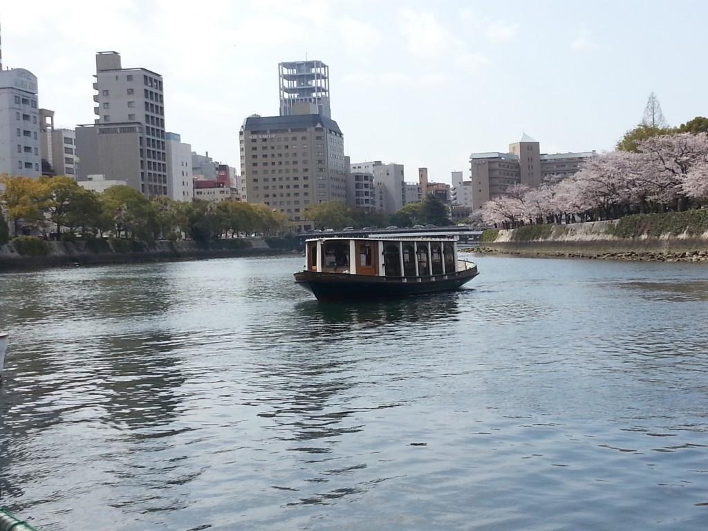遊覧船で楽しむ平和記念公園のお花見