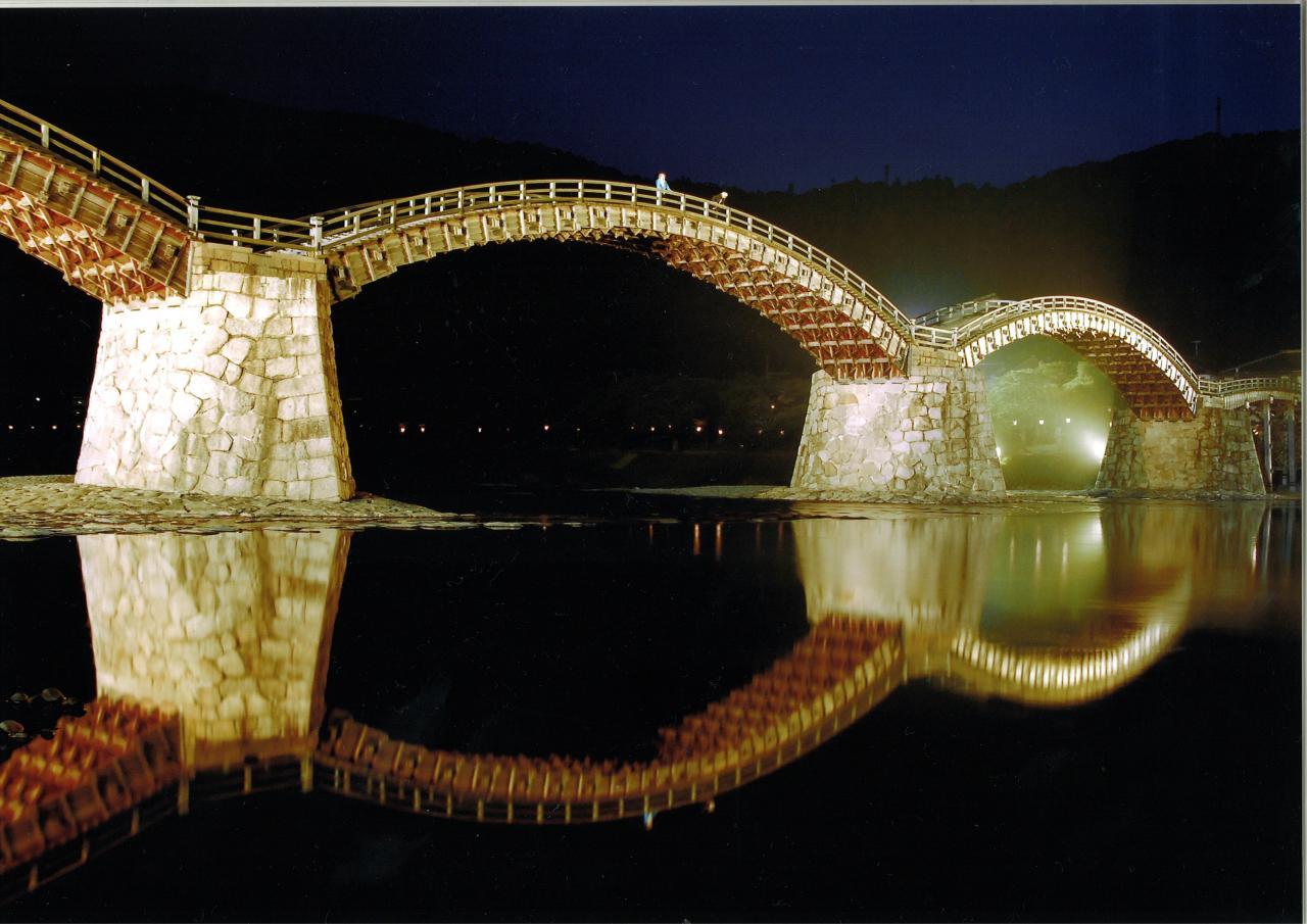 日本三名橋の錦帯橋が幻想的にライトアップ