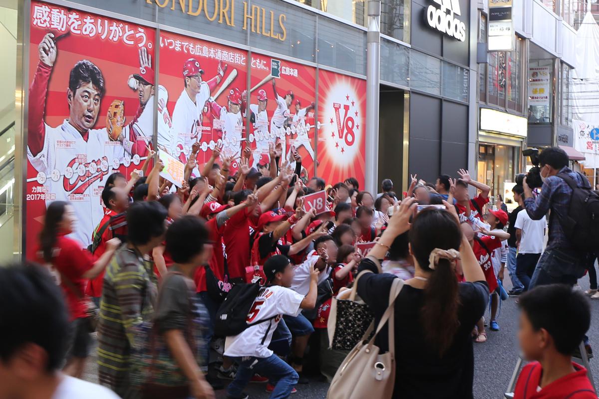 広島カープリーグ連覇!今年も広島市内中心部はお祭り騒ぎ